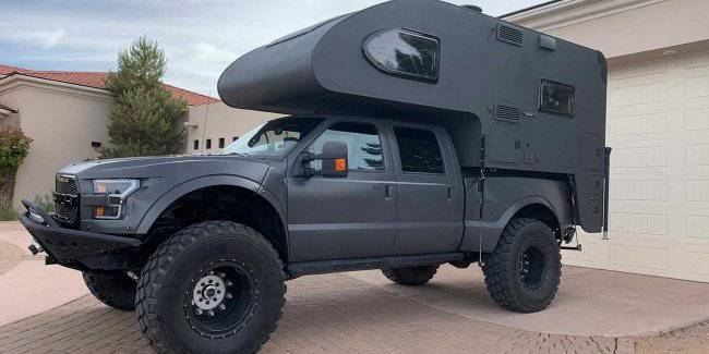 Enthusiasts collected camper for travel on the Ford Raptor