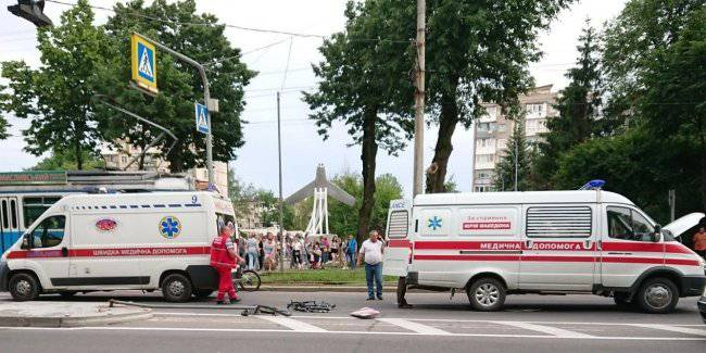 In the winery the ambulance tore down a cyclist with headphones in a crosswalk