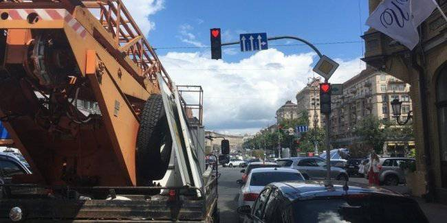 In Kiev they were tearing down the traffic light with heart a few days after installation