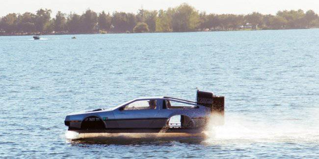 At the auction exhibited the DeLorean hovercraft