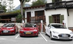 Electric cars Tesla will teach you to communicate with other members of the movement
