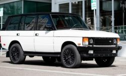 Classic Range Rover equipped with an engine and suspension from the Cadillac Escalade