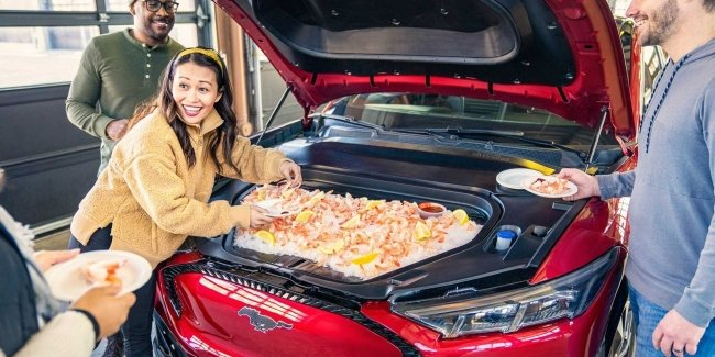 The trunk of the crossover Ford Mustang Mach-E turned into a festive table