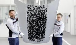 A fingerprint on the hood of a Porsche. Now to leave a trace in history – just