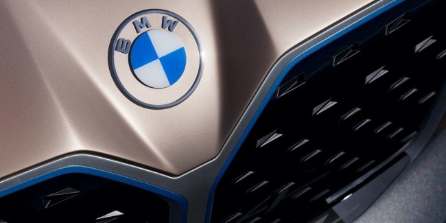 BMW showed the new two-dimensional logo