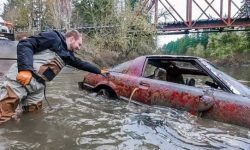 Divers found at the bottom of the river a collection of cars