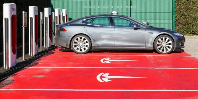 """Smart"" Tesla: electric cars make life easier with Parking"