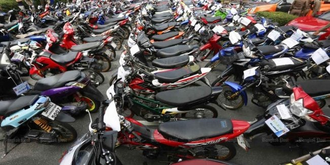 Fast and furious in Bangkok: police isiala several thousand mopeds