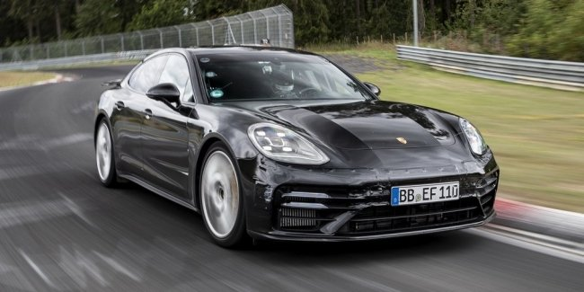 The updated Panamera on the track – faster mid-engined sports cars