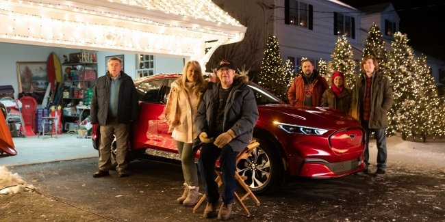 Chevy Chase recreates scene from Christmas break with Mustang Mach-E
