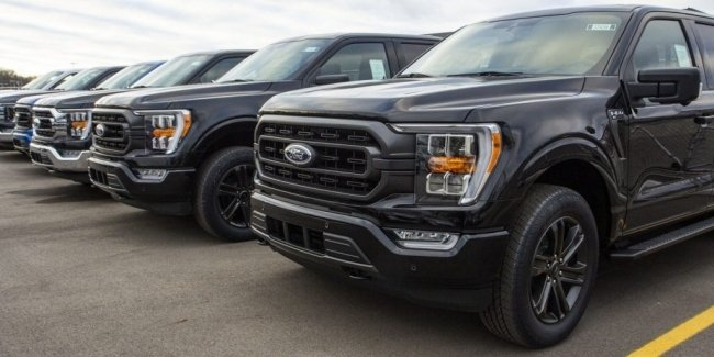 Ford finishes new F-150 in parking lot