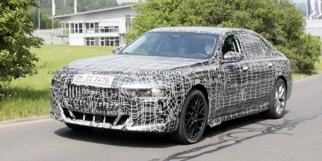 Certainly not Hyperscreen… First photos of the new BMW 7-Series