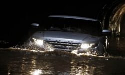 Range Rover, which is not afraid to swim (video)