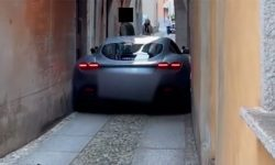 What does hopelessness look like: Ferrari Roma is stuck on a very narrow street in Italy (video)