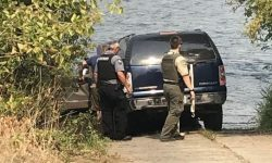 American drowned SUV, trying to pour water into the radiator