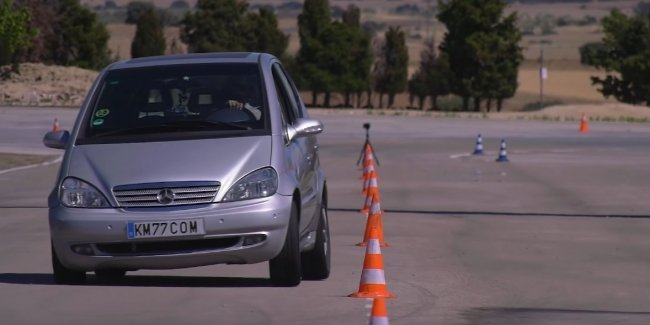 """The old Mercedes A-Class on cheap tires performed the """"moose test"""" better than the 2021 S-Class"""