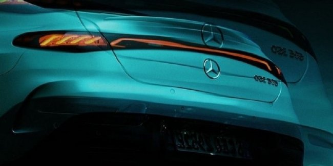 Mercedes lit up the design of the rear of the EQE