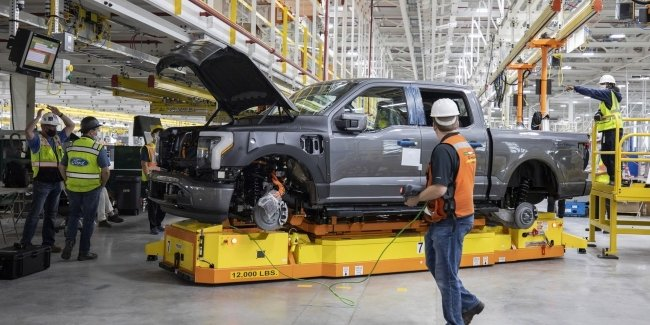 Tesla is behind again: Ford has launched the assembly of F-150 Lightning electric picups