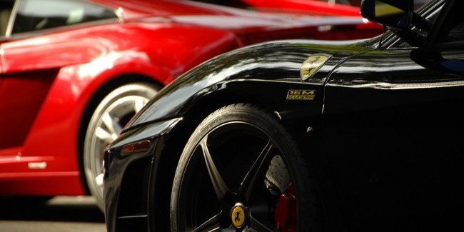 """""""Bangs"""" and motor for a fee? Apple's designer is now at Ferrari"""